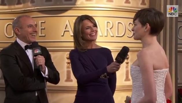 Cuộc Phỏng Vấn Anne Hathaway Tại Thảm Đỏ Quả Cầu Vàng
